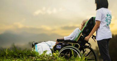 Altenpflegerin mit Rollstuhl